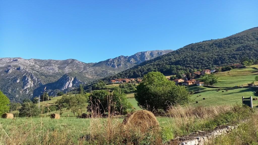Vistas frente a la Ermita de Santa Catalina, punto de inicio de la ruta al monte hozarco