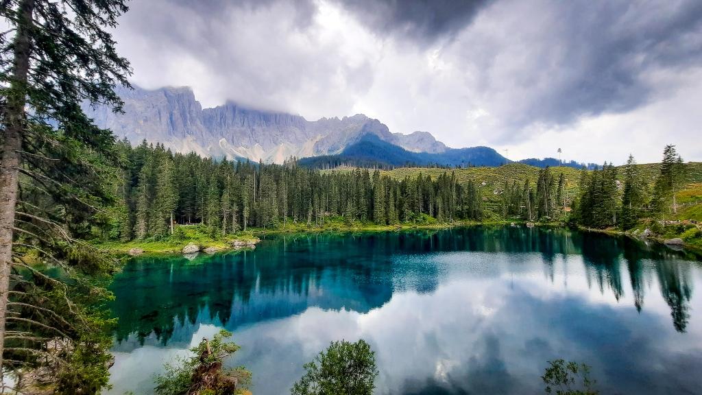 Lago Carezza, uno de los más bonitos de Italia, desde el balcón mirador